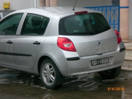 Una Clio con targa tunisina