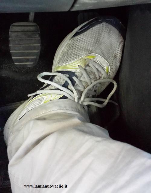 piede sul pedale in posizione sbagliata